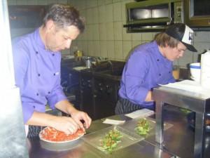 Christian und Florian beim Anrichten der Speisen