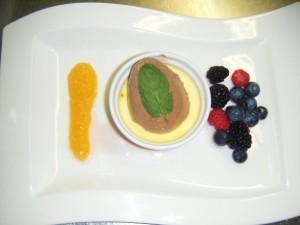 Toblerone Mousse und Safran Creme an Marillen-Sauce, Gartenbeeren und Almdudler