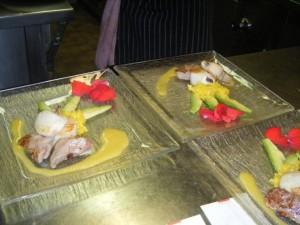 Saté vom Kalbsfilet und Jakobsmuschel auf Mango-Avocado-Salat