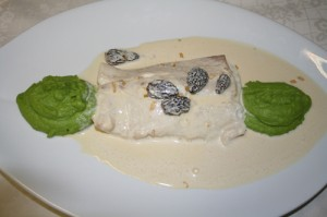 Filet vom Kingfish mit lauwarmem Eigelb gefüllt serviert mit Morcheln und Erbsenpüree
