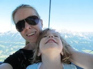 Mariella und ich haben sichtlich Spaß am Gondel fahren - mit dem Wilden Kaiser im Hintergrund