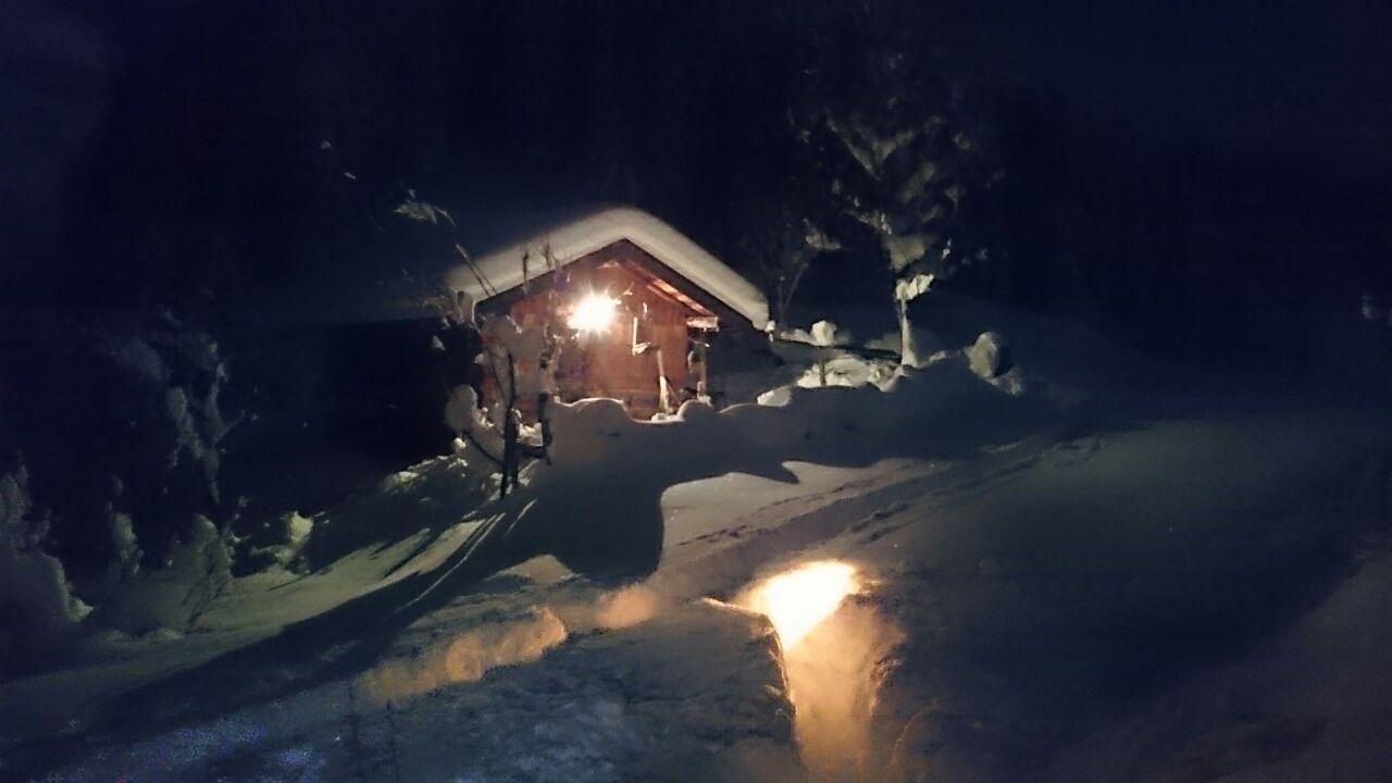 die kleine Berghütte lädt zur Übernachtung ein
