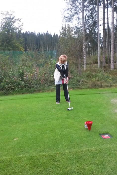 Annemarie bei Golf spielen
