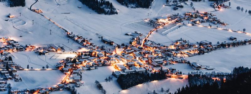 Blick von oben auf Westendorf in Tirol im Winter