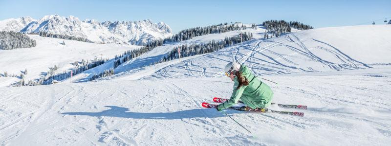 Skifahrerin bei der Abfahrt in der Skiwelt Wilder Kaiser - Brixental
