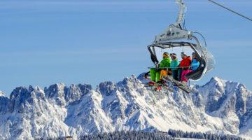 Skifahrer im Sessellift in der Skiwelt Wilder Kaiser - Brixental