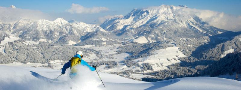 Skifahrer beim Tiefschnee fahren in der Skiwelt Wilder Kaiser - Brixental