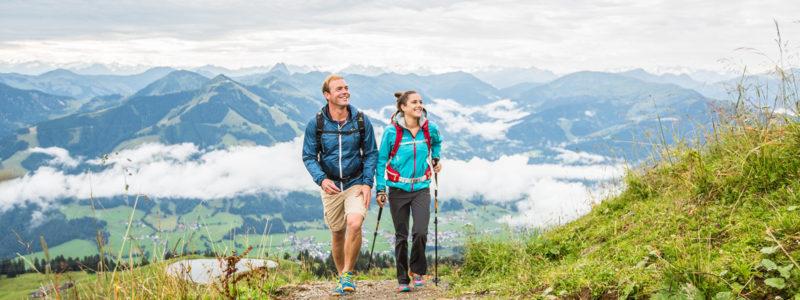 zwei Wanderer auf dem Weg auf die Hohe Salve in Hopfgarten im Brixental
