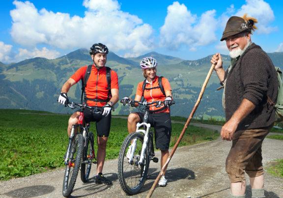Mountainbiker mit einem Senner in den Kitzbüheler Alpen