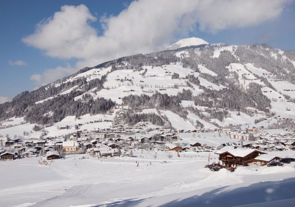 Blick auf das tief verschneite Westendorf in Tirol
