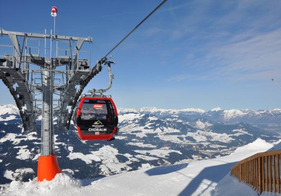 Die Choralmbahn in Westendorf in Tirol mit Ausblick auf die Berge.
