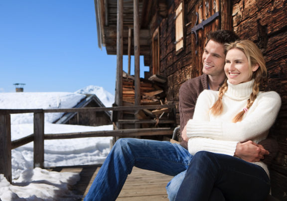 Paar auf der Terrasse einer Skihütte in den Kitzbüheler Alpen