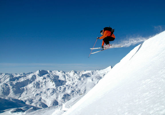 Skifahrer beim Sprung in den Kitzbüheler Alpen