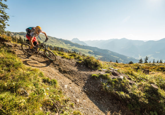 Mountainbikerin beim Fleckalm Trail in Kirchberg