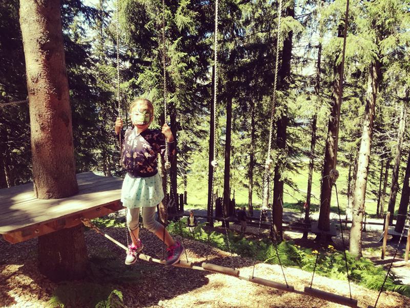 Klettern mit Koboldmaske in Ellmi's Zauberwelt in Ellmau