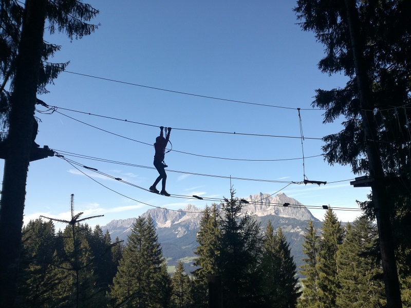 Kletterpark Hornpark in St. Johann in Tirol mit Ausblick auf den Wilden Kaiser