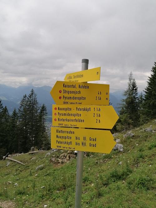 Wegweiser bei der Vorderkaiserfeldenhütte