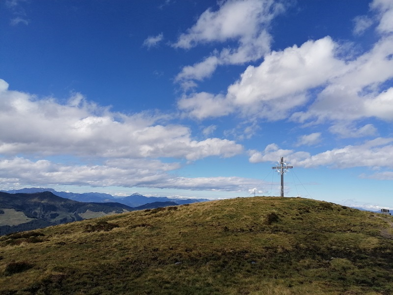 Blick auf das Gipfelkreuz des Lodron
